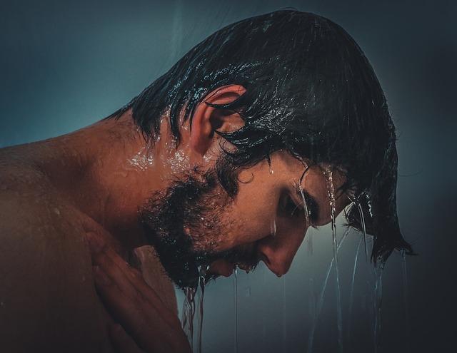 un homme sous la douche