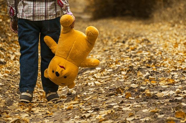 un enfant avec un ours en peluche