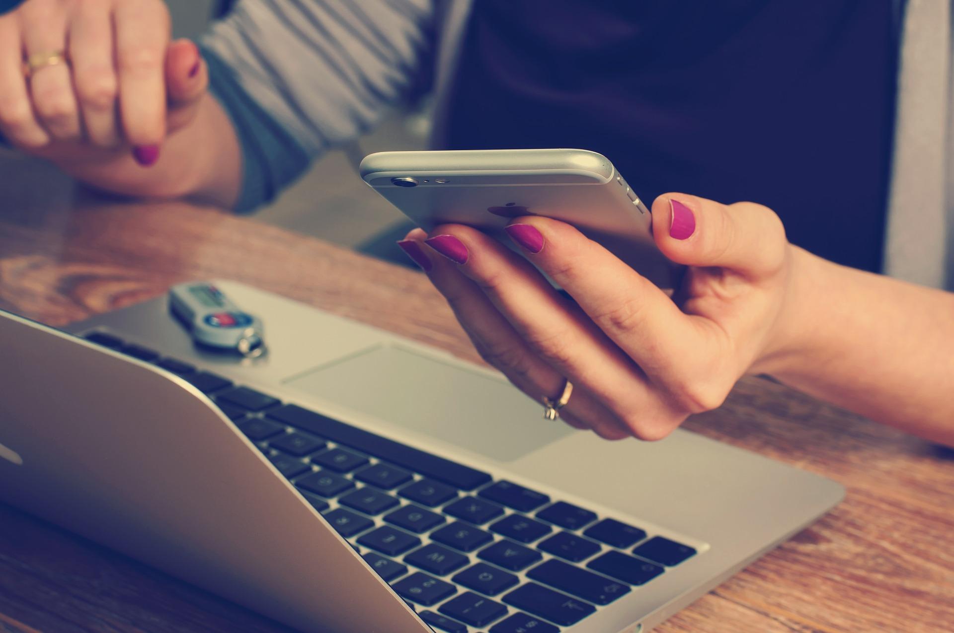une personne faisant une formation en ligne