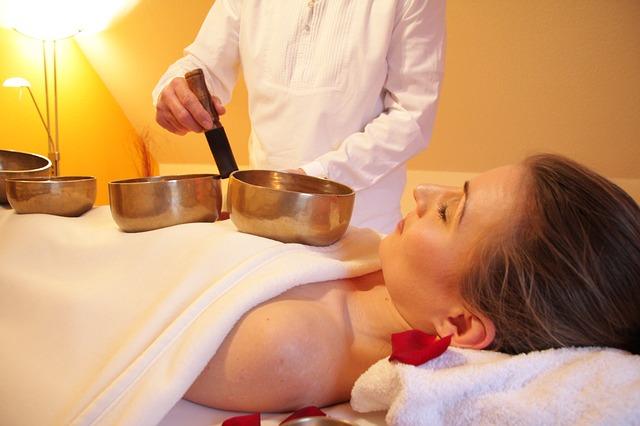 un professeur enseigne le massage à l'huille