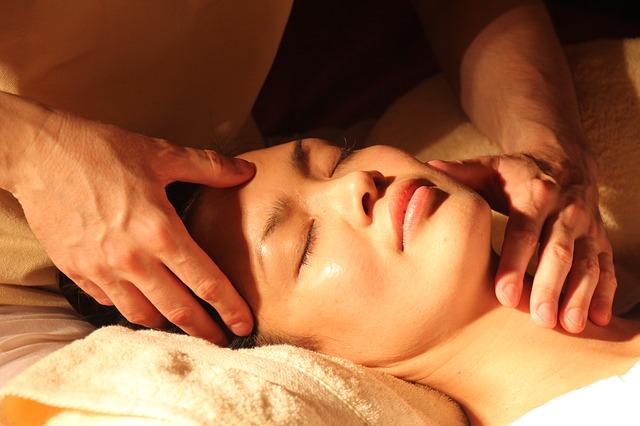 une femme reçoit un massage
