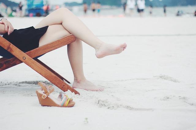 des jambes de femme blanches et épilées