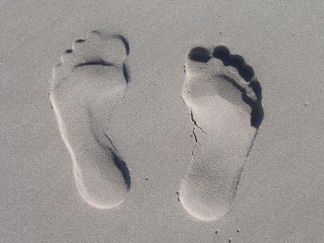 des empreintes de pieds dans le sable