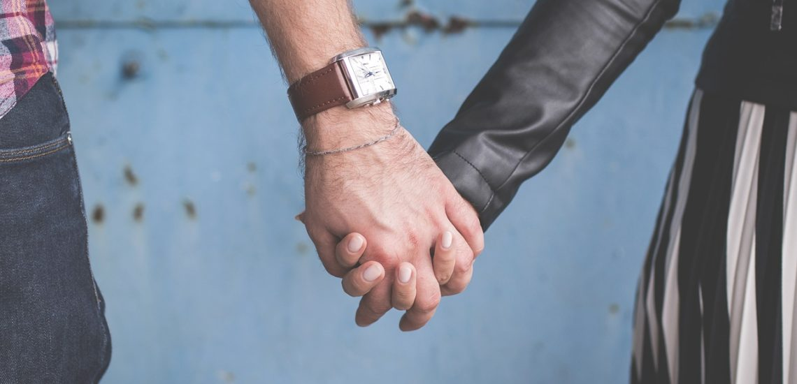 un couple se tenant la main