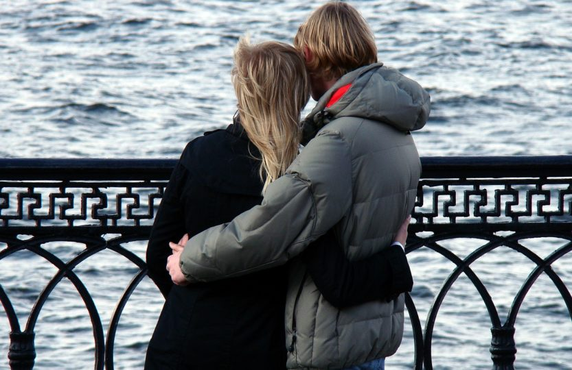 un couple nouveau se tenant la main