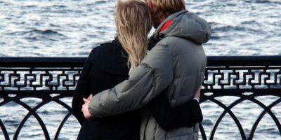 un couple amoureux regardant la mer