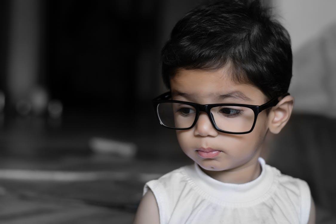 un enfant avec des lunettes