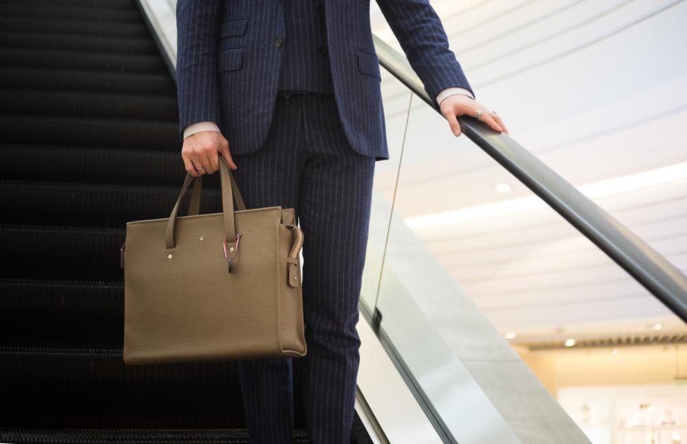 un sac à main avec un costume noir