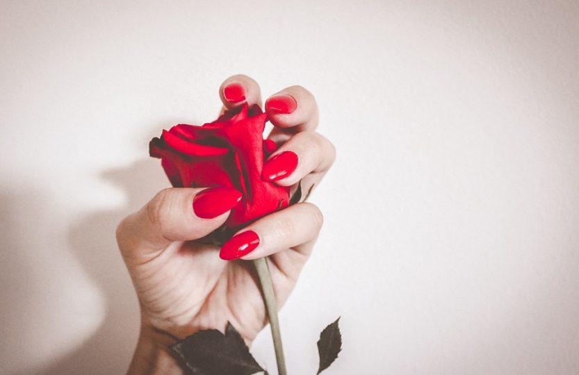 des beaux ongles rouges de femme