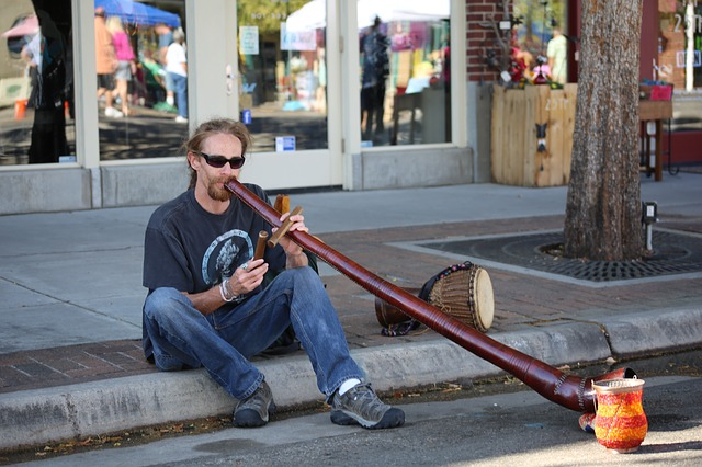 un amateur de didgeridoo