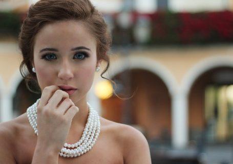 une femme avec des bijoux